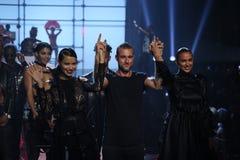 Weg LR Adriana Lima, Philipp Pleins und Irina Shayks die Rollbahn an der Philipp Plein-Modeschau Lizenzfreies Stockfoto