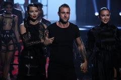 Weg LR Adriana Lima, Philipp Pleins und Irina Shayks die Rollbahn an der Philipp Plein-Modeschau Stockbild