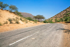 Weg met asfalt op woestijngebied Stock Foto