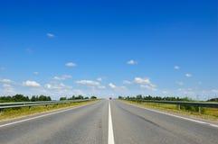 Weg met auto's die in de tegenovergestelde richting gaan Royalty-vrije Stock Fotografie