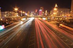 Weg met autoverkeer bij nacht met onscherpe lichten Royalty-vrije Stock Foto