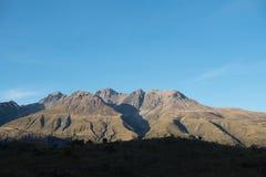 Weg met Bergen op de Achtergrond en een Stroom tussen de stegen royalty-vrije stock foto