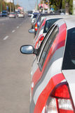 Weg met geparkeerde auto's Stock Foto's