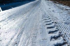 Weg met ijs, autosporen wordt behandeld dat royalty-vrije stock foto's