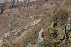 Weg met vele krommen op de bergachtige helling van Santorini Gre stock afbeeldingen