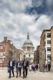 Weg mit drei entsprochener Geschäftsmännern nahe St. Pauls Cathedral Stockbilder