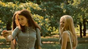 Weg mit drei Mädchen fotografiert stock video
