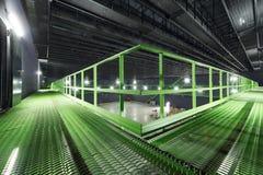 Weg mit Handlauf im hellen leeren Hangar Stockbild