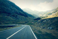 Weg in muntains - Transfagarasan-weg Stock Afbeeldingen