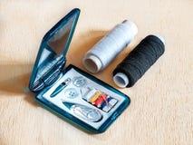 Weg naaiende uitrusting en spoelen Royalty-vrije Stock Afbeelding