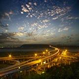 Weg in nacht met auto'slicht Royalty-vrije Stock Foto's
