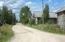 Weg in noordelijk Russisch dorp royalty-vrije stock afbeeldingen