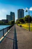 Weg an North Point Park und Gebäude in Boston, Massachusetts Stockbild