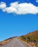 Weg omhoog een Heuvel Stock Afbeelding