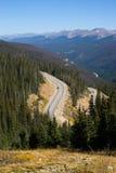 Weg onder bergen Stock Afbeeldingen