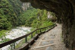 Weg onder een klip bij het Nationale Park van Taroko in Taiwan Stock Foto