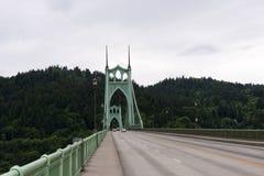 Weg op de groene brug met bomenachtergrond in Portland, Oreg Royalty-vrije Stock Fotografie