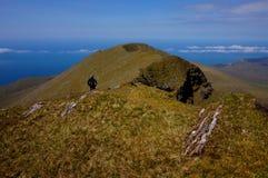 Weg op de klimmer van bergierland royalty-vrije stock foto
