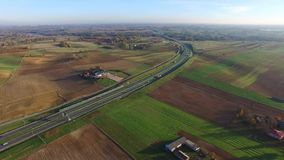 Weg op groene tapijtgebieden, luchtmening stock footage