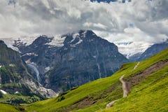 Weg op helling van Alpen Royalty-vrije Stock Afbeeldingen
