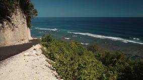Weg op klip boven bos en oceaan stock footage