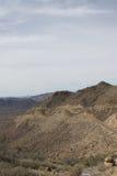 Weg op onvruchtbare berghelling Stock Afbeeldingen