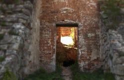 Weg in oud kasteel Kruispunten aan licht of duisternis royalty-vrije stock foto's