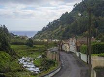 Weg in oud klein dorp Faial DA Terra met draperende rivier en overzeese horizon, Sao Miguel, de Azoren royalty-vrije stock foto's