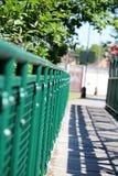 Weg over de brug met groen traliewerk Stock Foto's