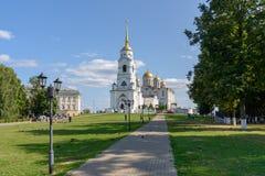 Weg in park dat tot de Veronderstellingskathedraal leidt Vladimir Russia royalty-vrije stock fotografie