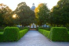Weg in park in Europa. München. Duitsland royalty-vrije stock afbeeldingen