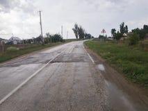 Weg in platteland na regen stock fotografie
