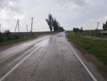 Weg in platteland na regen royalty-vrije stock afbeelding