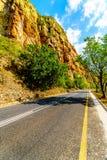 Weg R36 in Abel Erasmus Pass aangezien het door Drakensbergen gaat Stock Afbeeldingen
