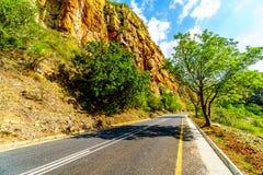 Weg R36 in Abel Erasmus Pass aangezien het door Drakensbergen gaat Stock Foto's