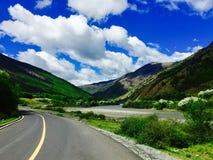 Weg, rivier en berg, het landschap in Tibet Stock Afbeelding