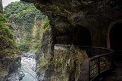 Weg in rots bij het Nationale Park van Taroko in Taiwan wordt gegraven dat Royalty-vrije Stock Afbeeldingen