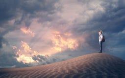 Weg schauen Reisendkind auf einer Sanddüne Stockfotografie