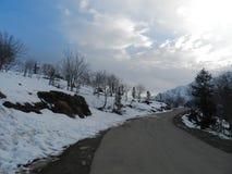 Weg in sneeuwberg stock foto