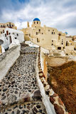 Weg in toevluchtstad van Oia, Santorini, Griekenland Stock Foto