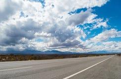 Weg tusen staten met blauwe bewolkte hemel Stock Foto