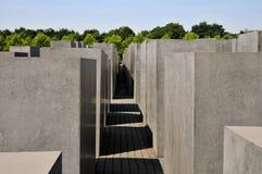 Weg tussen stelae van de Holocaust Herdenkingsstelae met Reichstag, Berlijn Royalty-vrije Stock Afbeeldingen