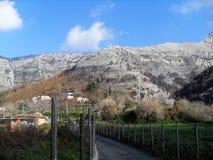 Weg und Ansicht des Bergs Faito in der Seifenlösung Italien stockfotos