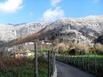 Weg und Ansicht des Bergs Faito in der Seifenlösung Italien stockfoto