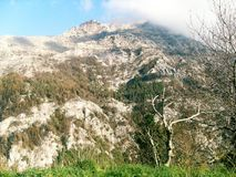 Weg und Ansicht des Bergs Faito in Italien lizenzfreies stockbild
