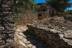 Weg und Hütten gemacht vom Stein unter sonnigem blauem Himmel, im Dorf von Bories, nahe Gordes Stockfoto