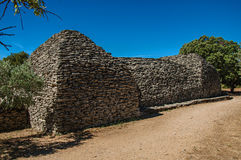 Weg und Hütten gemacht vom Stein unter sonnigem blauem Himmel, im Dorf von Bories, nahe Gordes Stockbild