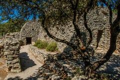 Weg und Hütten gemacht vom Stein unter sonnigem blauem Himmel, im Dorf von Bories, nahe Gordes Lizenzfreies Stockfoto