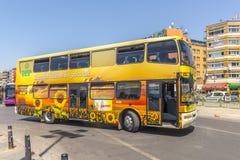 Weg und Reisebus und Taxi auf den Straßen von Istanbul L Transport die Türkei Lizenzfreie Stockfotografie