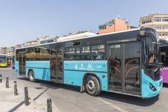 Weg und Reisebusse auf den Straßen von Istanbul L Transport die Türkei Stockfoto